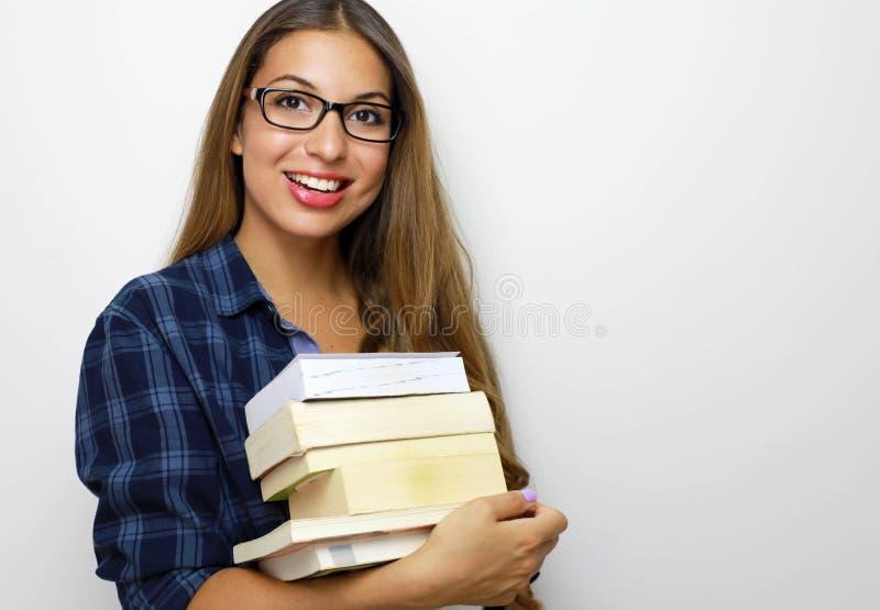 Belle fille heureuse d'étudiant avec les lunettes et la pile de livres dans des ses mains Studio tir? sur le fond blanc Copiez l' photos libres de droits