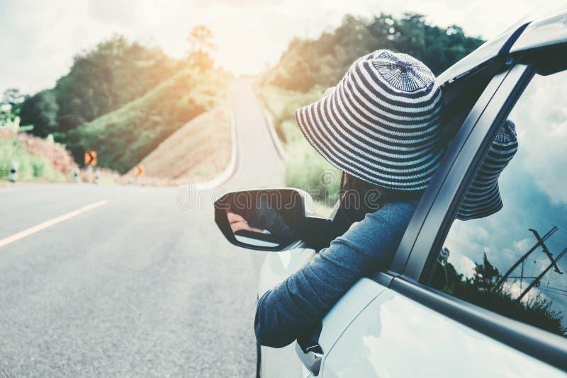 Belle fille heureuse voyageant dans une voiture de berline avec hayon arrière image libre de droits