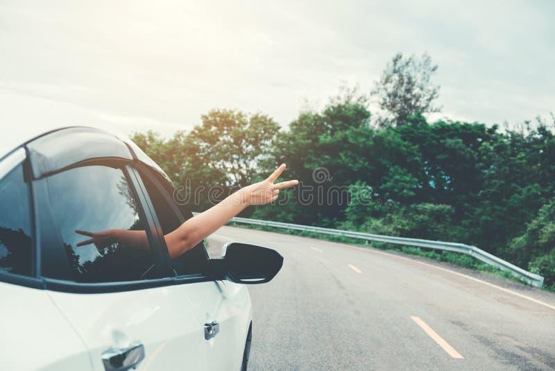 Belle fille heureuse voyageant dans une voiture de berline avec hayon arrière photo libre de droits