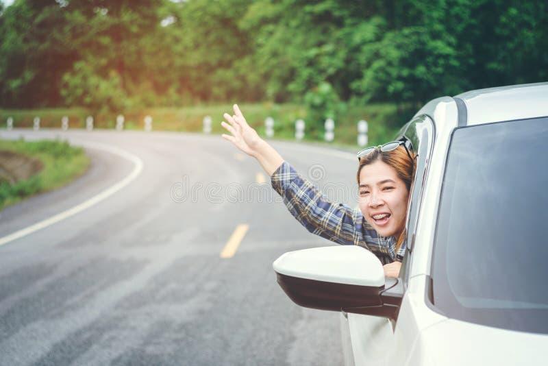 Belle fille heureuse voyageant dans une voiture de berline avec hayon arrière photos libres de droits