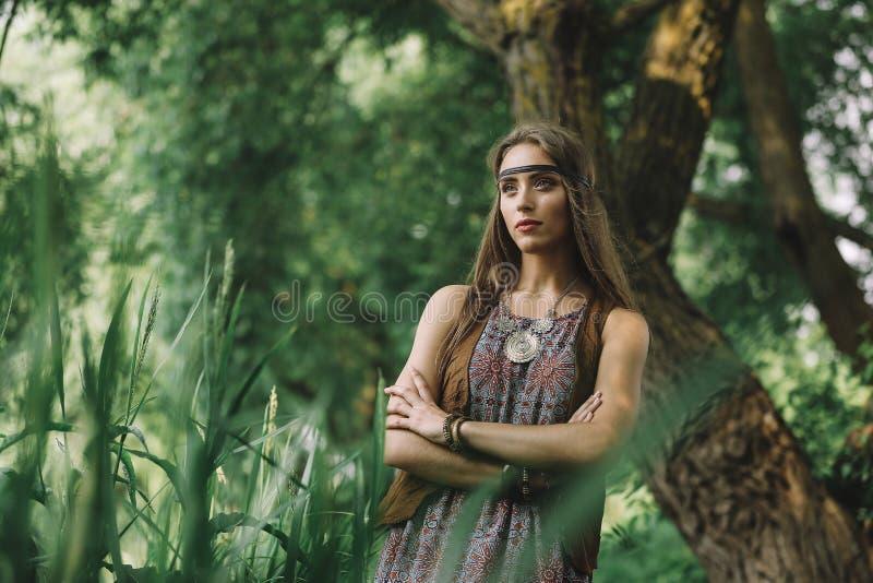 Belle fille hippie sur le fond d'un lac de forêt photos libres de droits