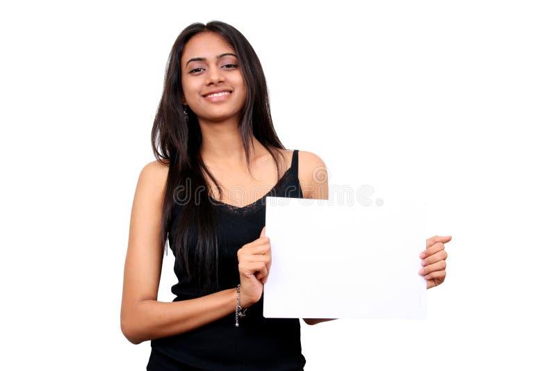 Belle fille indienne retenant un signe blanc. photos libres de droits