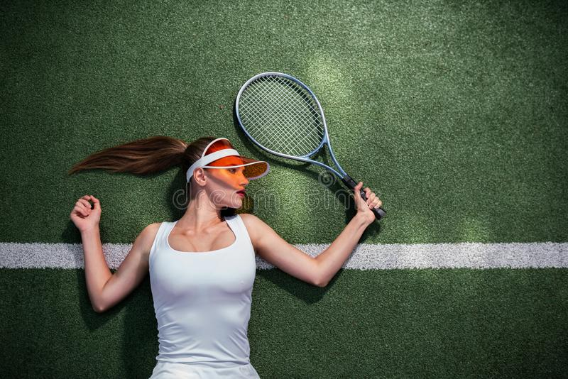Belle fille jouant au tennis dehors image stock