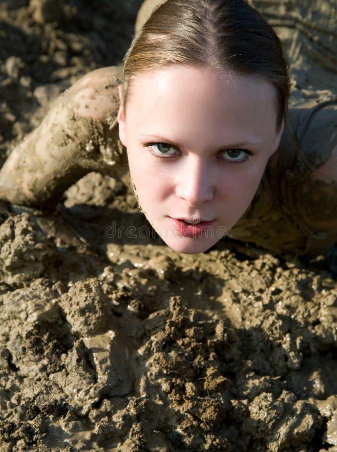 Belle fille luttant dans la boue photos libres de droits
