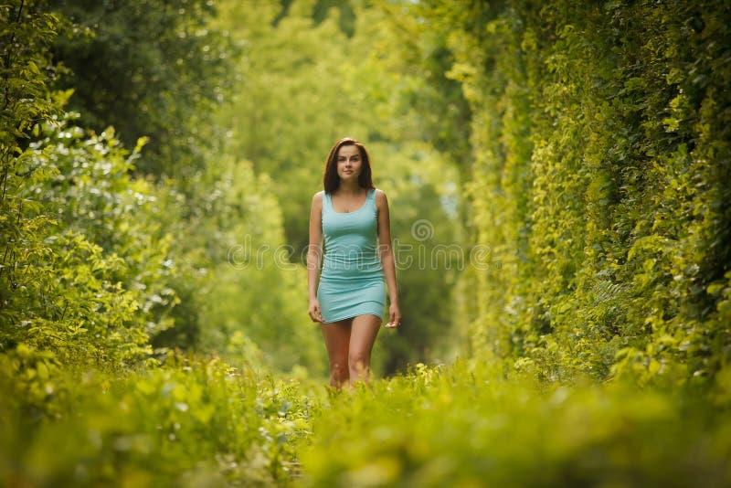 Download Belle Fille Marchant Par Le Tunnel De Nature Photo stock - Image du jour, type: 56484222