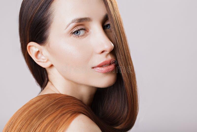 Belle fille modèle avec cheveux droits d'ombre brun brillant de longs Soin et produits capillaires image libre de droits