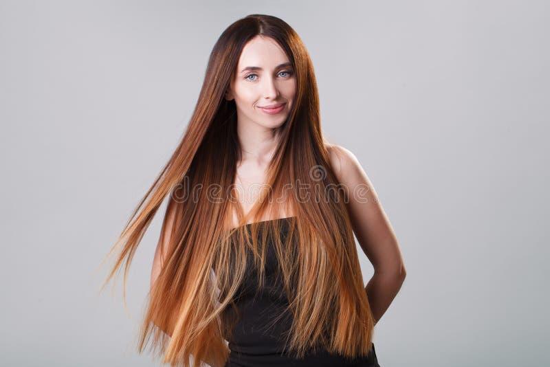 Belle fille modèle avec cheveux droits de vol d'ombre brillant de brun de longs Soin et produits capillaires photos libres de droits