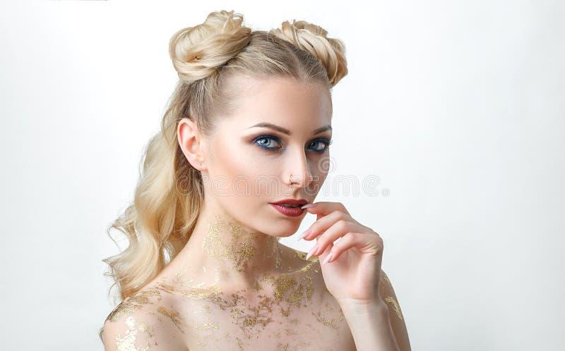 Belle fille modèle avec Maquillage de mode, portrait d'une jeune femme sur un fond clair avec les cheveux blonds photo libre de droits