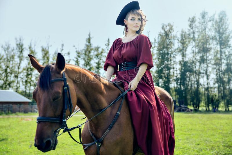 Belle fille montant un cheval brun images libres de droits