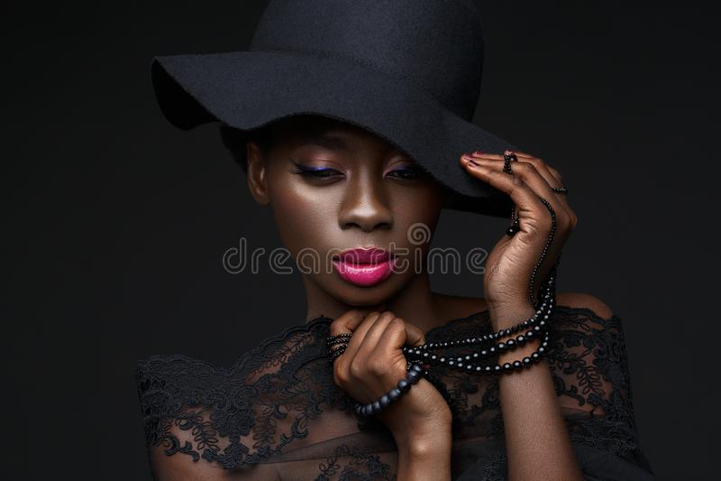 Belle fille noire avec la couronne en cristal image stock