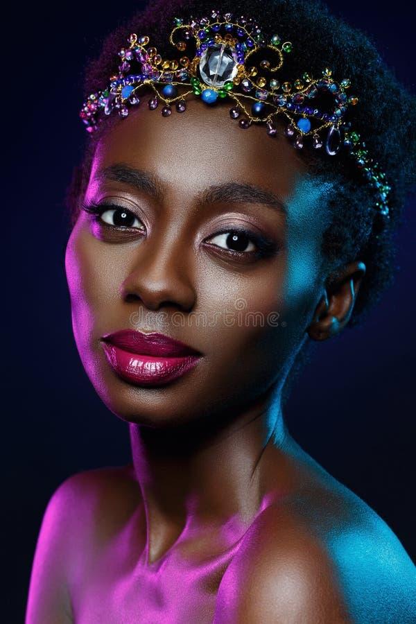 Belle fille noire avec la couronne en cristal photographie stock libre de droits