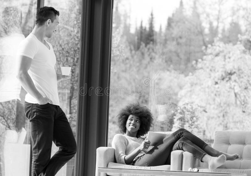 Belle fille noire se trouvant sur le divan photographie stock
