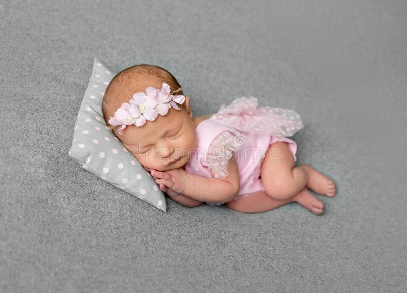 Belle fille nouveau-née dans le sommeil rose de drees images libres de droits