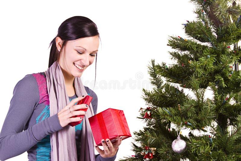 Belle fille par l'arbre de Noël photo stock