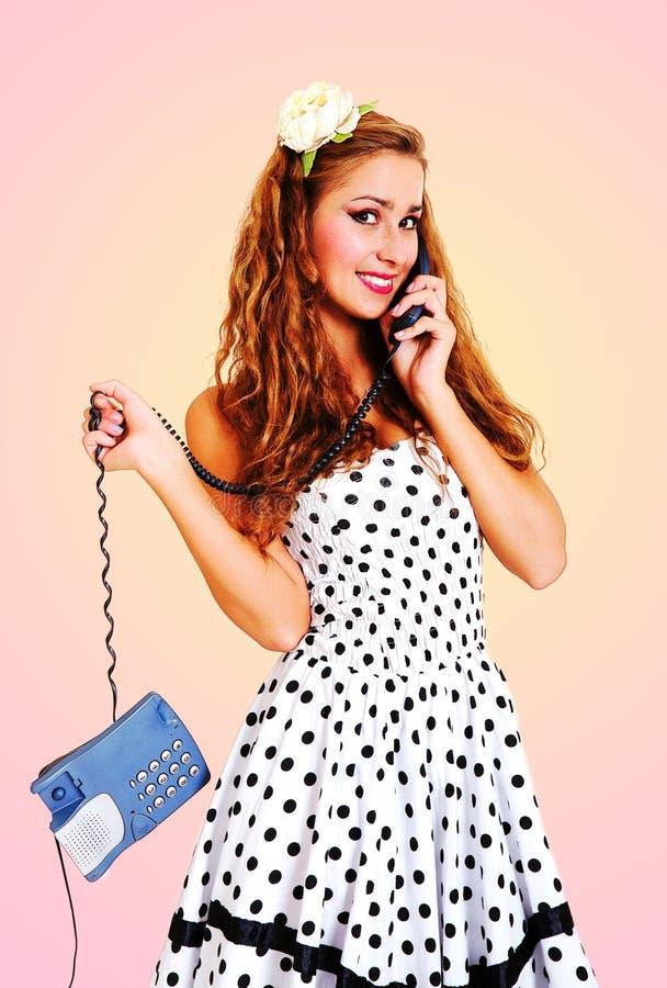Belle fille parlant au téléphone - rétro type image libre de droits