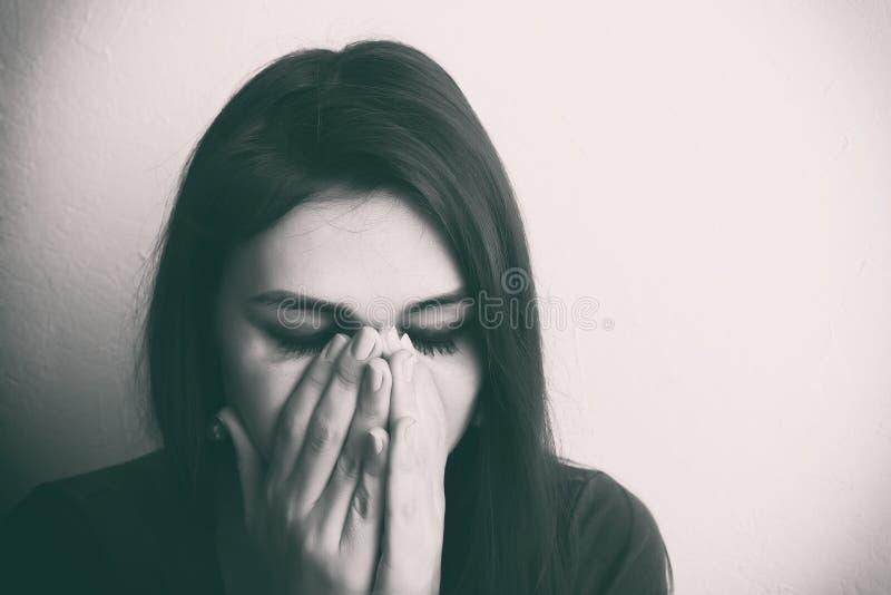 Belle fille pleurante P?kin, photo noire et blanche de la Chine images stock