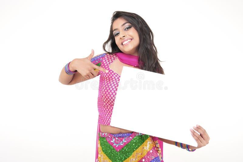 Belle fille portant la robe ethnique indienne images libres de droits