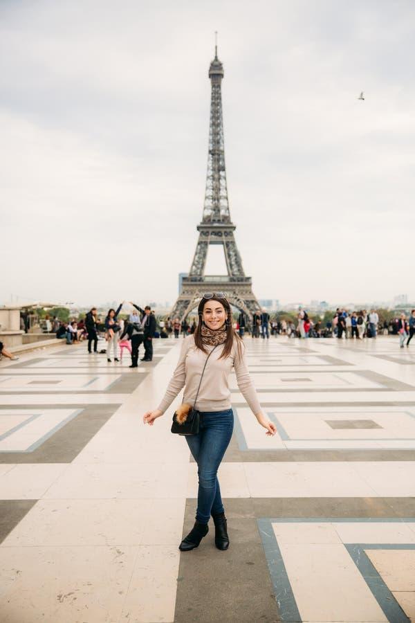 Belle fille posant au photographe dans la perspective de Tour Eiffel Photosession d'automne temps ensoleillé photos stock