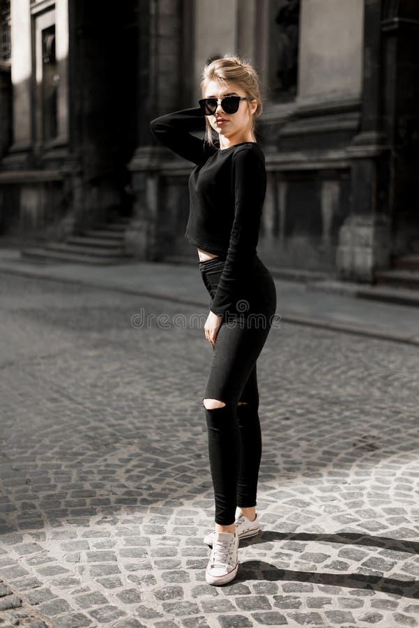 Belle fille posant dedans dans la vieille rue Concept de la jeunesse et de la beaut? images stock