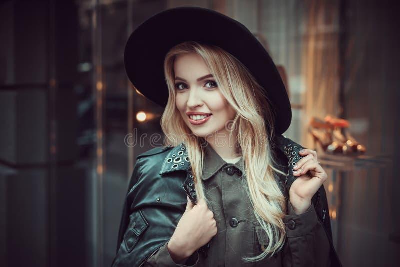 Belle fille posant près du mur de verre du centre commercial photo libre de droits