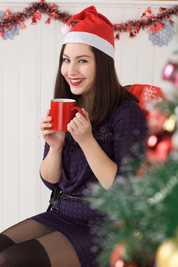 Belle fille près de l'arbre de Noël photo libre de droits