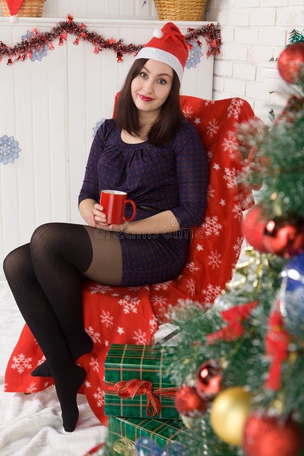 Belle fille près de l'arbre de Noël photos libres de droits
