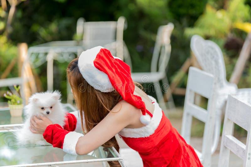Belle fille principale rouge dans le costume de Noël d'isolement sur le blanc photo stock