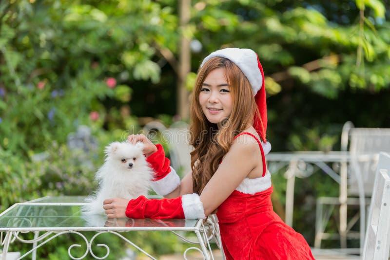 Belle fille principale rouge dans le costume de Noël d'isolement sur le blanc images libres de droits