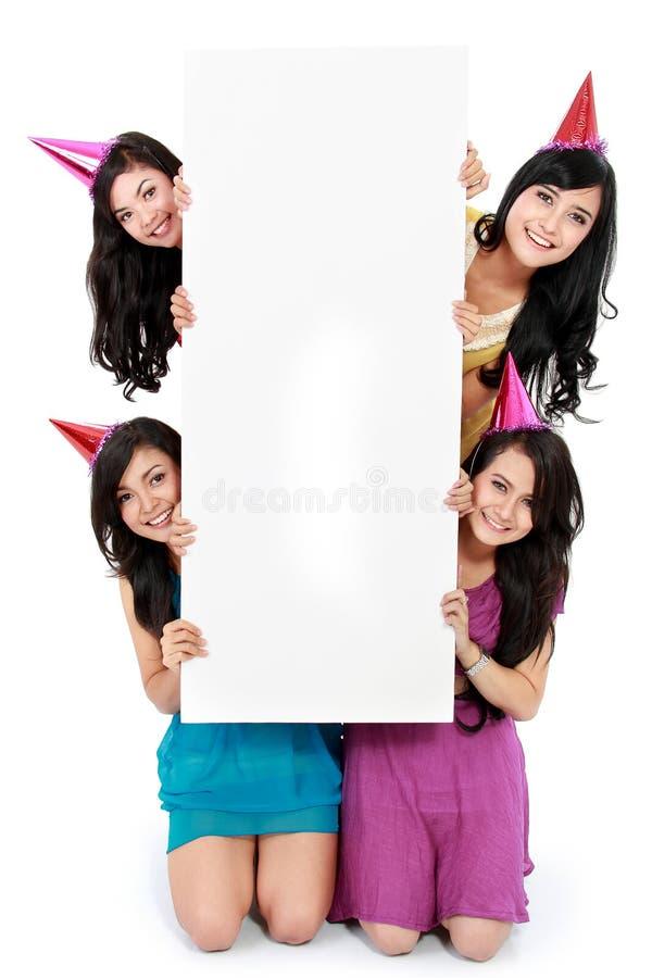 Belle fille quatre retenant le panneau blanc images stock