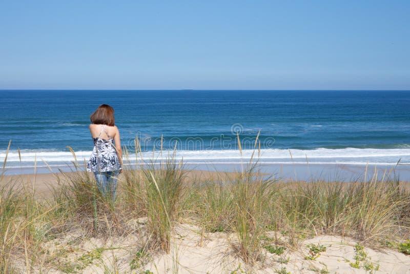 Belle fille regardant au paysage suggestif de la côte française atlantique photographie stock libre de droits