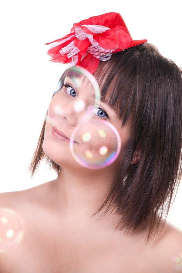 Belle fille regardant par des bulles photo stock