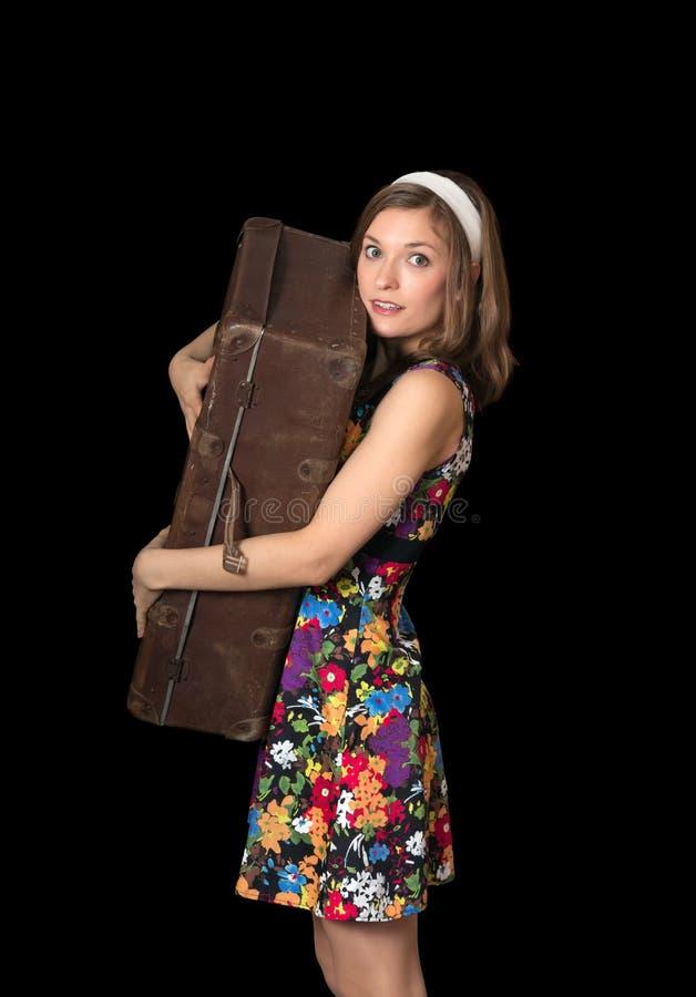 Belle fille retenant la vieille valise images libres de droits