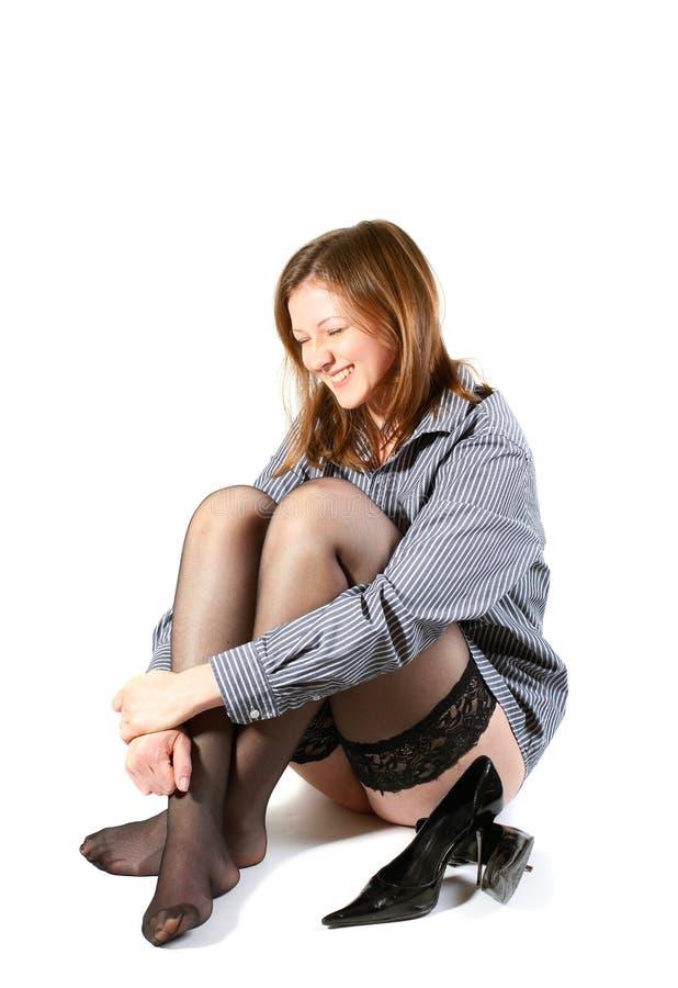 Belle fille riante dans les bas noirs. photo stock