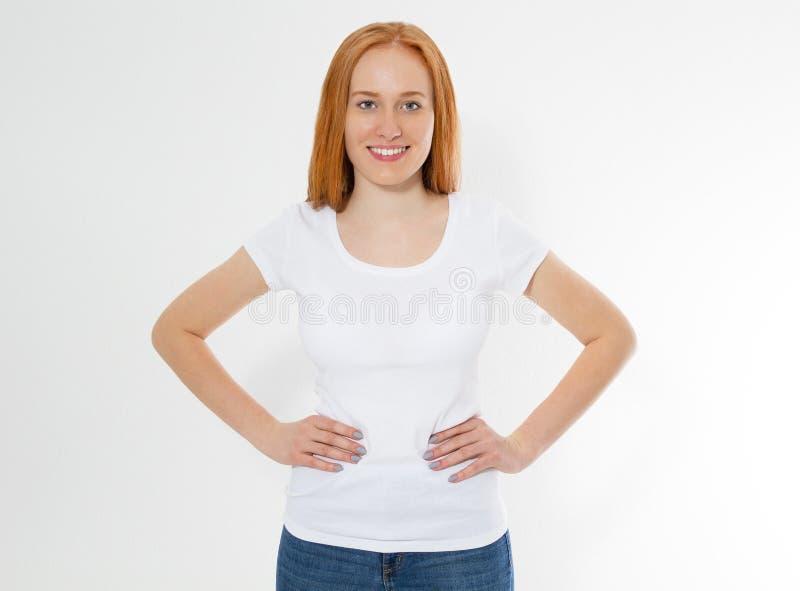 Belle fille rouge heureuse de cheveux dans le T-shirt blanc d'isolement Femme principale rouge de joli sourire dans la moquerie d image libre de droits