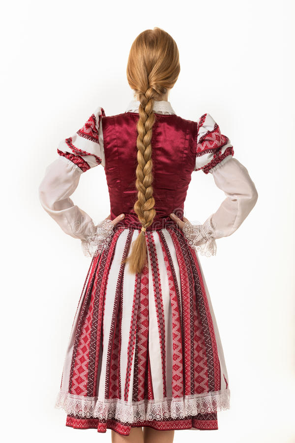 Belle fille rousse dans le costume national belarus photos libres de droits