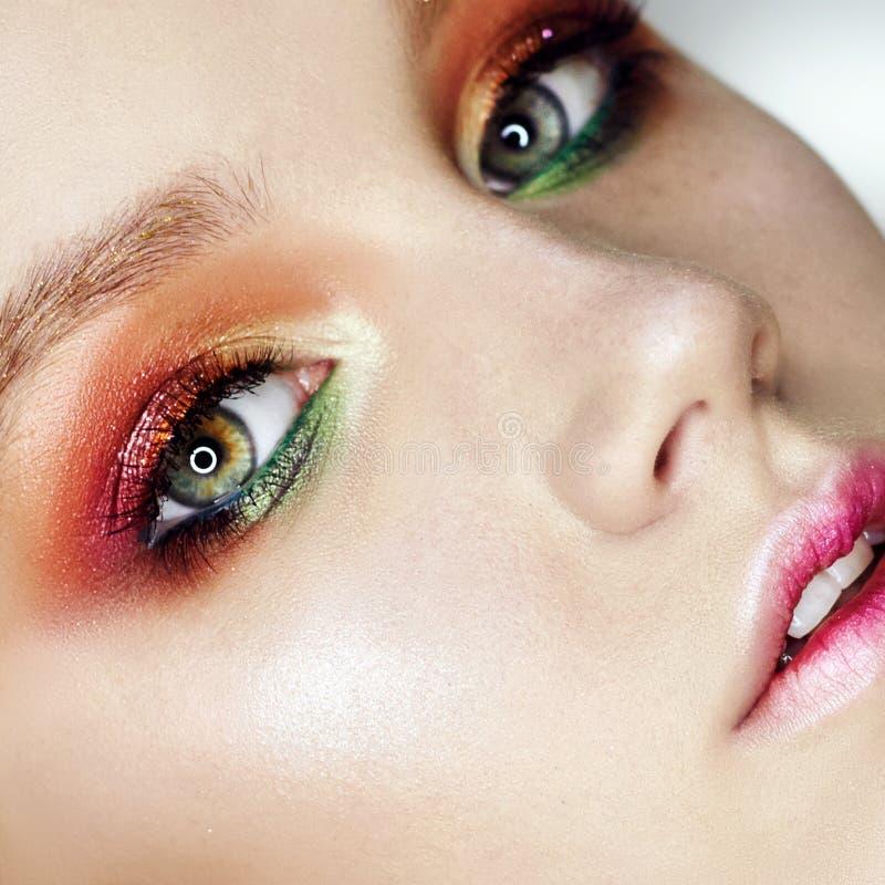 Belle fille rousse nue sexy avec de longs cheveux Portrait parfait de femme sur le fond foncé Maquillage, cheveux et beaux yeux photographie stock
