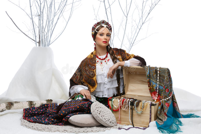 Belle fille russe avec le coffre d'espoir image stock