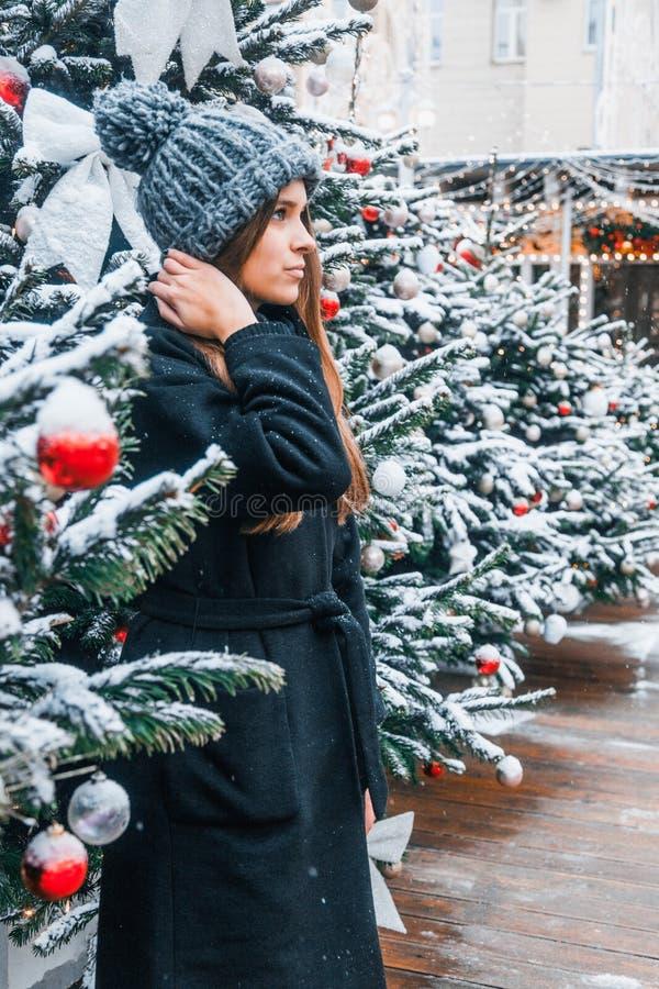 Belle fille russe dans un jour de nuage en hiver marchant dans la place de Tverskaya dans le temps de Noël photo libre de droits