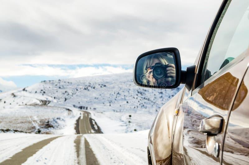 Belle fille s'asseyant dans une équitation de SUV dans les montagnes photos libres de droits