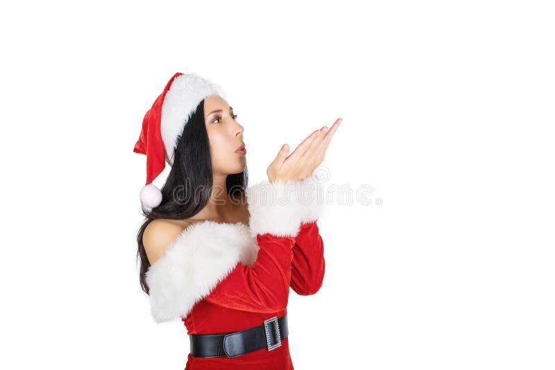 Belle fille Santa Claus avec les cheveux foncés dans le costume sur le fond blanc isolations photographie stock