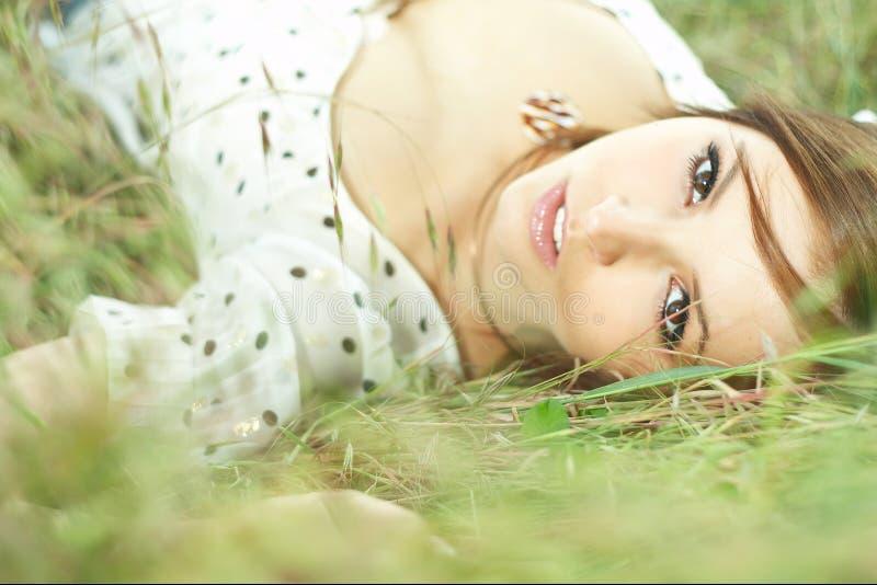 Belle fille se couchant de l'herbe image libre de droits