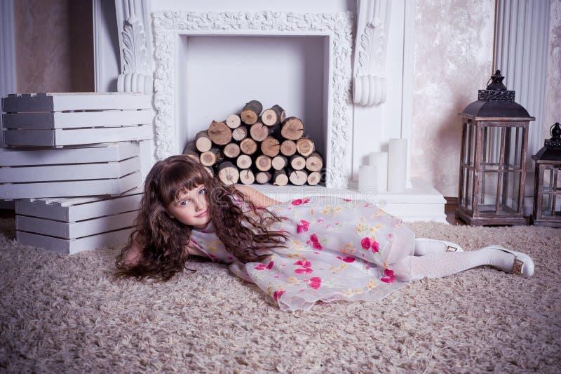 Belle fille se trouvant près de la cheminée photo libre de droits