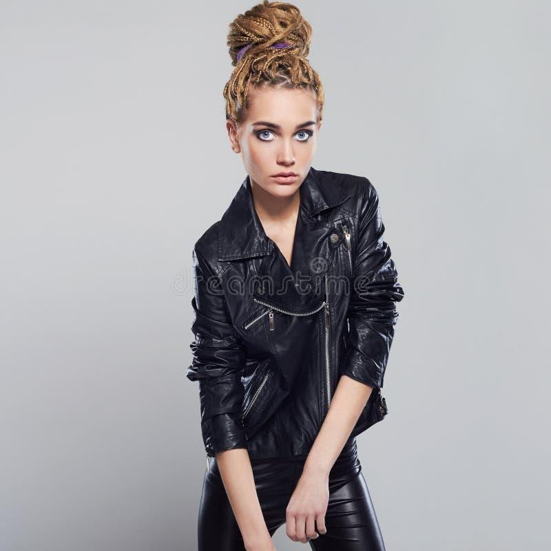 Belle fille sexy avec des dreadlocks jeune femme de punk rock en cuir image stock
