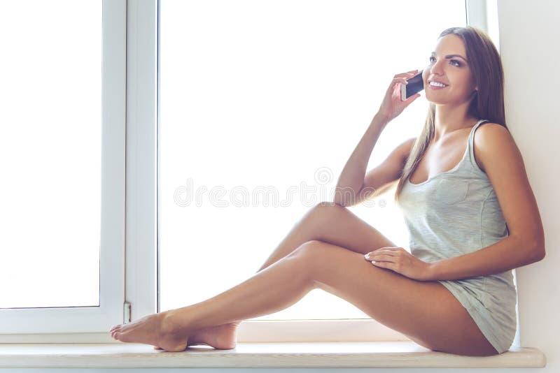 Download Belle Fille Sexy Avec L'instrument à La Maison Image stock - Image du mobile, attache: 77162455