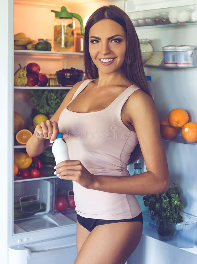 Download Belle Fille Sexy Dans La Cuisine Photo stock - Image du réfrigérateur, caucasien: 77162500