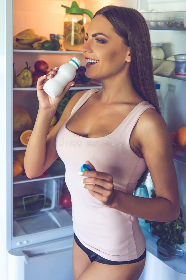 Download Belle Fille Sexy Dans La Cuisine Photo stock - Image du prise, regard: 77163224