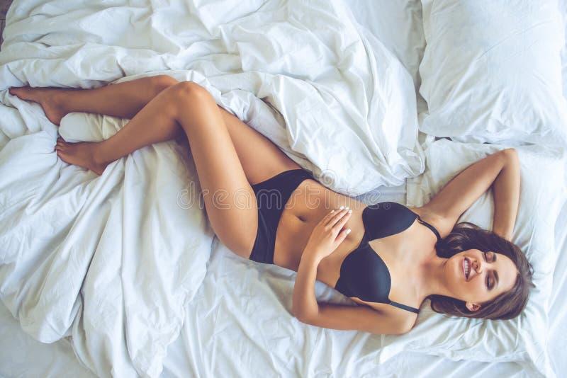 Download Belle Fille Sexy Dans Le Lit Photo stock - Image du yeux, asleep: 77163442