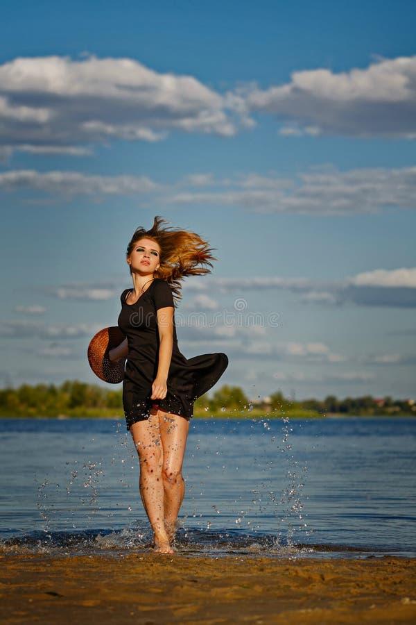 Belle fille sortant de l'eau Éclaboussure photo stock