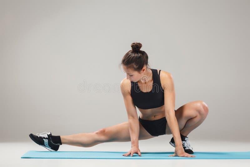 Belle fille sportive se tenant dans la pose d'acrobate ou l'asana de yoga image stock