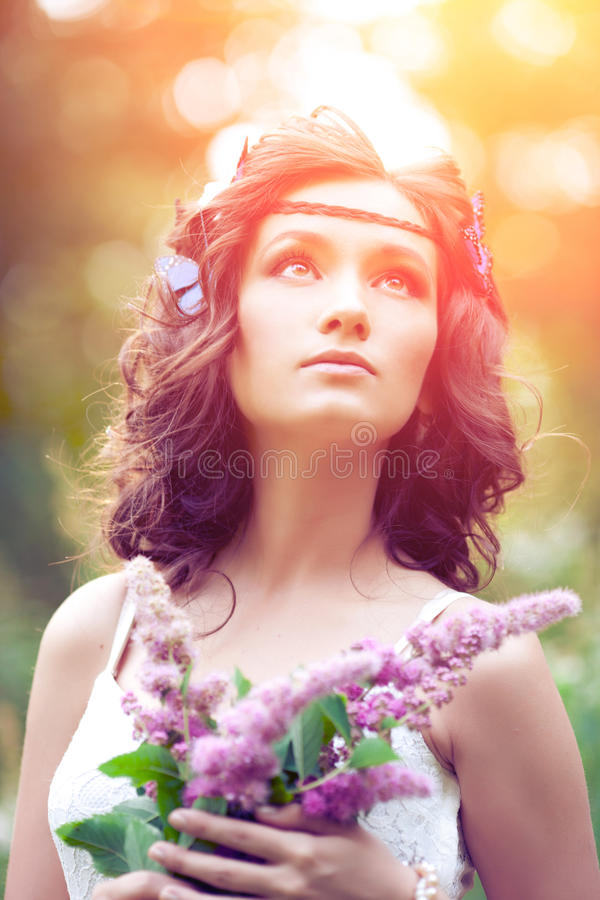 Belle fille sur la nature belle jeune fille à l'extérieur Appréciez H photos libres de droits